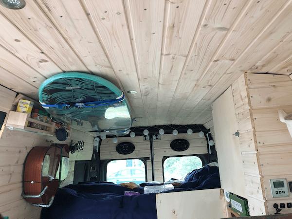 Wandverkleidung aus Holz im Kastenwagen